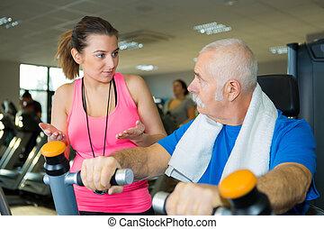 старшая, человек, обучение, with, his, тренер, в, фитнес, студия