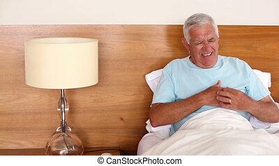 старшая, человек, сидящий, в, постель, having,