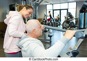 старшая, человек, exercising, with, тренер, в, фитнес, студия