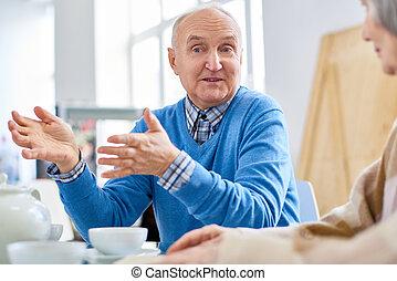 старшая, человек, talking, к, friends, в, уход, главная