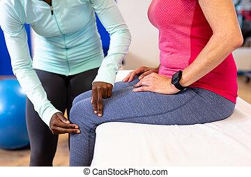 старшая, examining, активный, центр, нога, женский пол, женщина, виды спорта, физиотерапевт