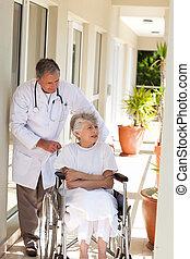 старшая, his, talking, врач, пациент
