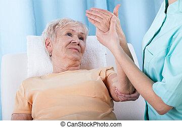 старшая, with, болезненный, рука