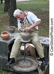 старый, гончар, за работой, with, глина, на, колесо