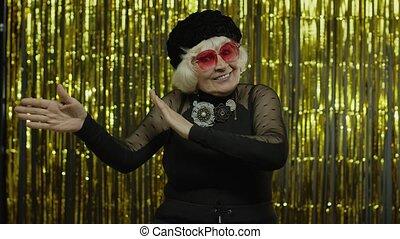 старый, энергично, celebrating, music., старшая, relaxing, dances, женщина, перемещение, ритм, listens