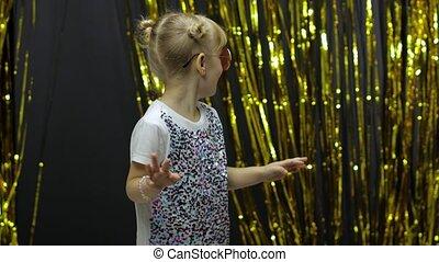 стильный, ребенок, блондинка, делать, рука, faces, 4-5, старый, немного, танцы, глупый, дитя, waving, years, dance., девушка