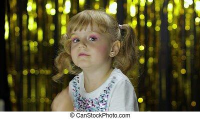 стильный, ребенок, задний план, делать, занавес, фольга, танцы, вокруг, faces., posing, fooling, девушка, золотой