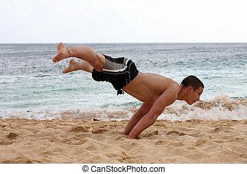 стойка на руках, пляж
