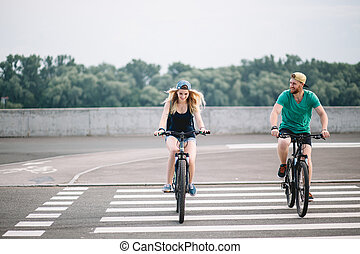 счастливый, байкер, пара, with, гора, велосипед, в, сельская местность