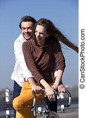 счастливый, молодой, пара, верховая езда, велосипед
