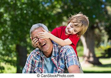 счастливый, немного, мальчик, прячется, his, fatherss, eyes, with, his, руки