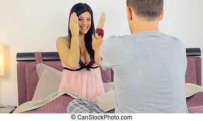 счастливый, около, женщина, предложение, свадьба