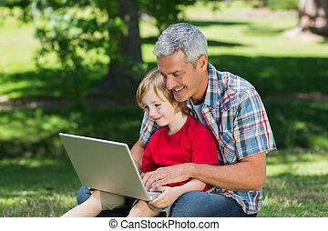 счастливый, отец, с помощью, портативный компьютер, with, his, сын