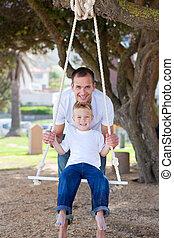 счастливый, отец, pushing, his, сын, на, , свинг