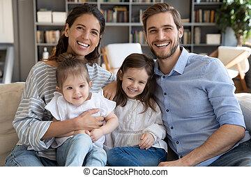 счастливый, расслабиться, kids, семья, портрет, диван