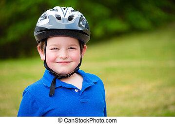 счастливый, ребенок, носить, байк, шлем, на открытом воздухе