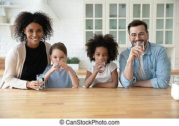 счастливый, рекомендовать, семья, воды, портрет, многорасовый, питьевой