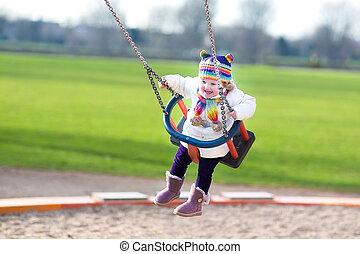 счастливый, смеющийся, ребенок, начинающий ходить, девушка, swinging, на, , детская площадка