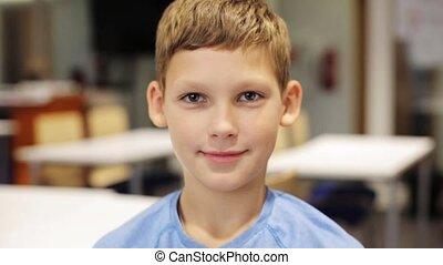 счастливый, улыбается, предподростковый, мальчик, в, школа