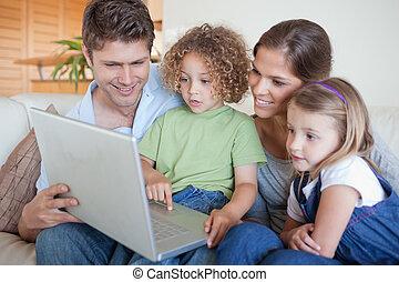 с помощью, безмятежный, портативный компьютер, семья