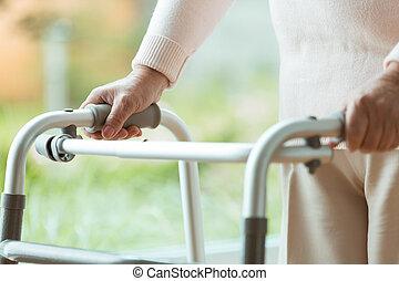 с помощью, гулять пешком, рамка, старшая, человек