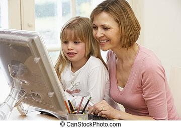 с помощью, женщина, дочь, компьютер