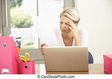с помощью, портативный компьютер, женщина, главная