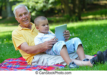 с помощью, ребенок, парк, таблетка, дед
