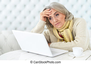 с помощью, старшая, женщина, компьютер