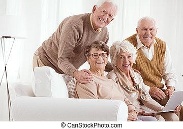 с помощью, старшая, женщина, портативный компьютер