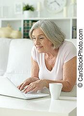 с помощью, старшая, женщина, портативный компьютер, счастливый