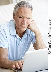 с помощью, старшая, компьютер, портативный компьютер, человек