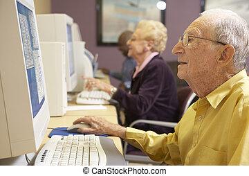 с помощью, старшая, компьютер, человек