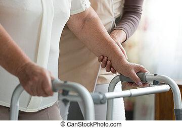 с помощью, ходок, в течение, физиотерапия