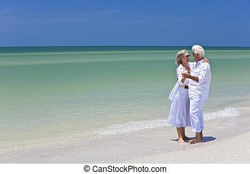 танцы, пара, тропический, держа, руки, старшая, пляж, счастливый