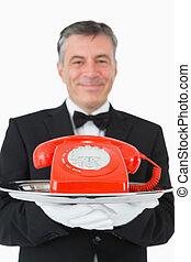 телефон, официант, держа, улыбается, красный