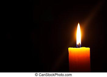темно, свеча