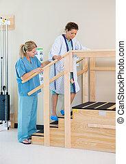 терапевт, assisting, женский пол, пациент, в, перемещение, вверх по лестнице