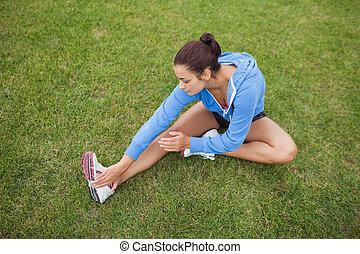 трава, ее, спортивный, нога, в то время как, растягивание, женщина, сидящий