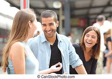 три, friends, talking, and, смеющийся, в, поезд, станция