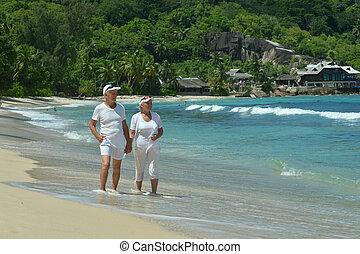 тропический, пожилой, гулять пешком, пара, пляж, счастливый