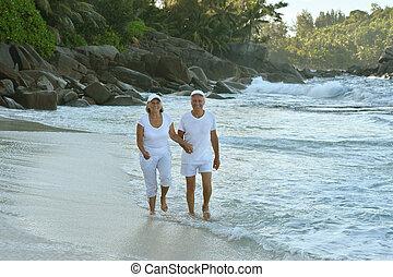 тропический, пожилой, счастливый, пара, гулять пешком, пляж
