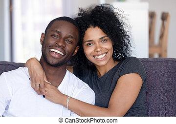 тысячелетний, пара, ищу, камера, headshot, африканец, портрет, счастливый