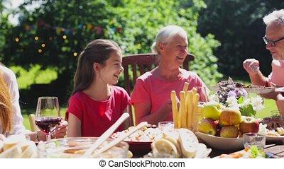 ужин, счастливый, или, семья, having, лето, сад, вечеринка