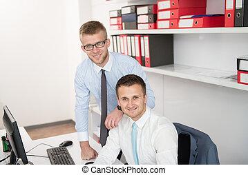 улыбается, два, офис, businessmen