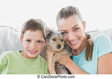 улыбается, женщина, держа, ее, йоркшир, терьер, щенок, with, ее, сын