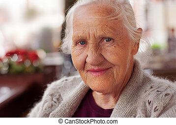 улыбается, женщина, пожилой