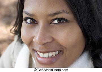 улыбается, женщина