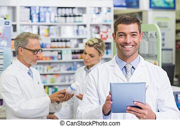 улыбается, камера, фармацевт