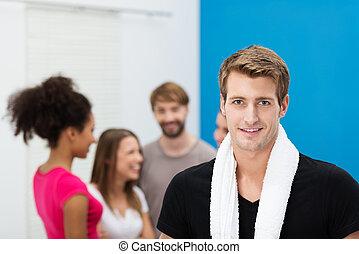 улыбается, красивый, молодой, человек, в, , гимнастический зал